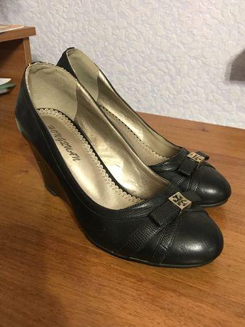 Продам туфли женские на танкетке