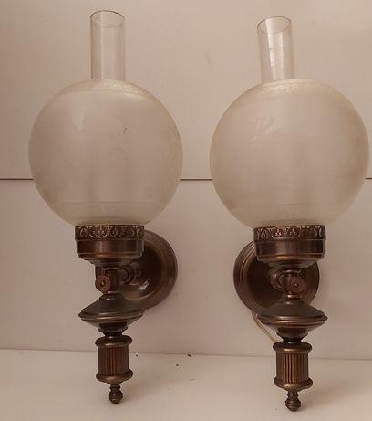Par de Apliques em latão com globo de vidro