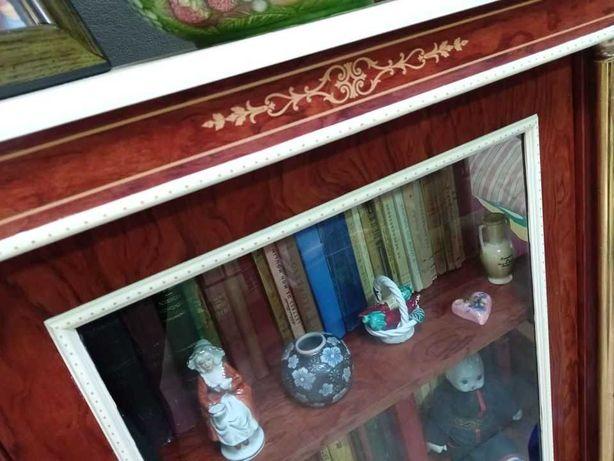 Vitrine antiga pintada a mão, três prateleiras.