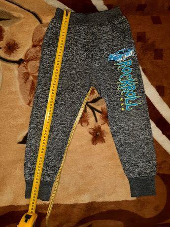 Утеплённые спортивные штаны для мальчика 4-5 лет.