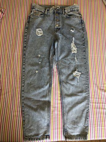 Calças Mom/Boyfriend Jeans com detalhes rasgados da Pull&Bear