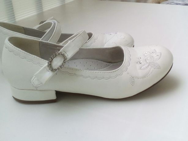 Białe pantofelki buciki strój galowy