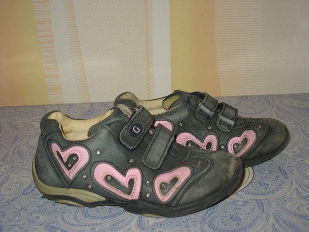 Кроссовки с сердечками кожаные для девочки. Размер 27, стелька-16
