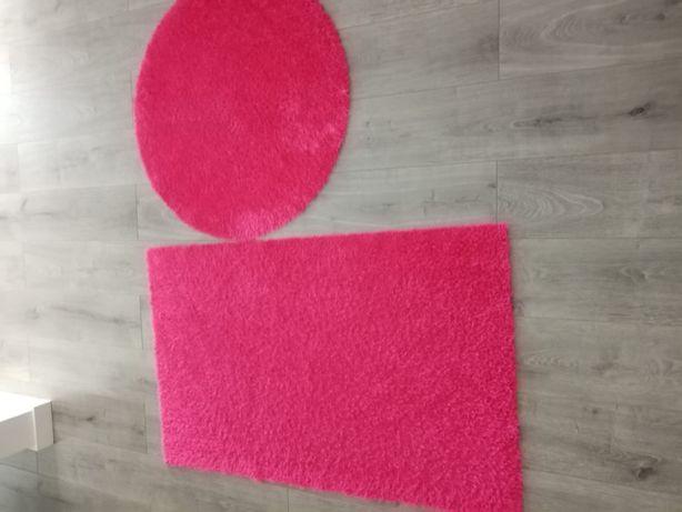 Tapetes (circular e retangular) de quarto cor de rosa.