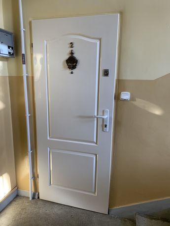 Sprzedam tanio drzwi zewnetrzne w bloku szer. 80 cm lewe