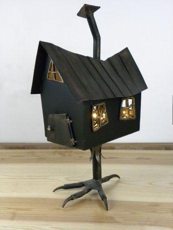Lampa chatka na stopce.