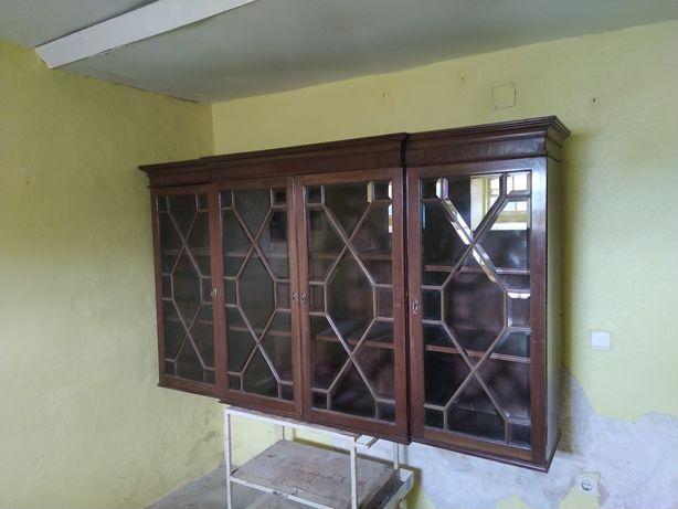 Móvel antigo com 4 portas
