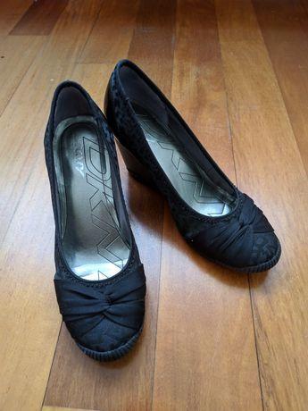Sapatos pretos clássicos da marca DKNY como NOVOS