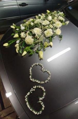 Białe i niebieskie kwiaty ozdoby na samochód na ślub wesele