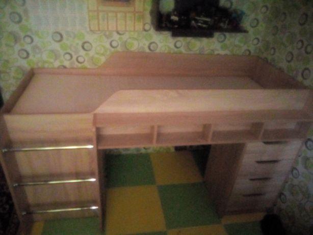 Кровать чердак с матрасом и столом