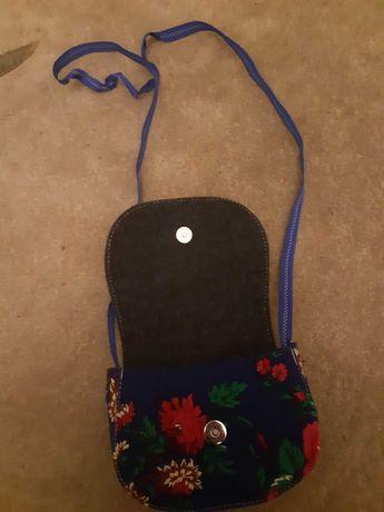 Mała niebieska torebka w kwiaty