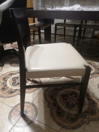 Solidne krzesła.