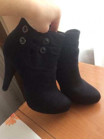 Черевики на каблуку чорні