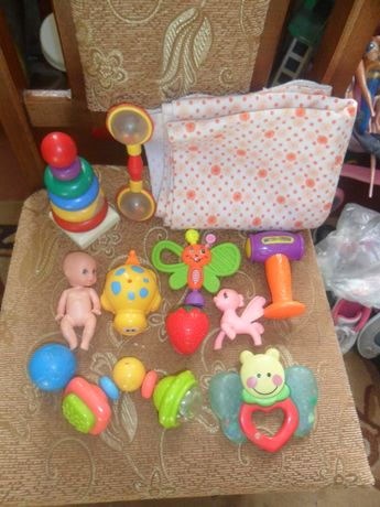 Пакет игрушек для маленьких 11 шт+пеленка как новая..