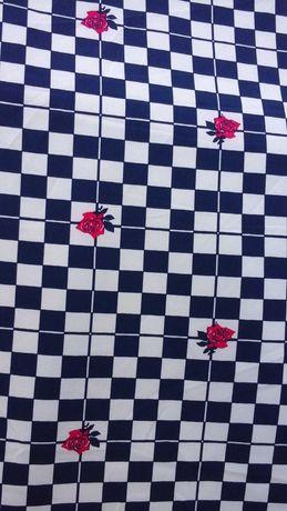 Tkanina kratka biało-granatowa z różyczkami.