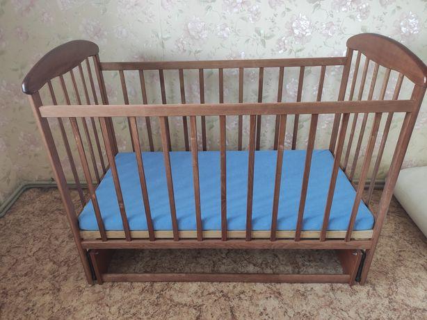 Кроватка Наталка из бука с маятниковым механизмом