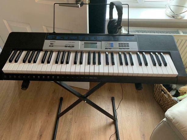 Keyboard Casio z pełnowymiarową klawiaturą i statywem