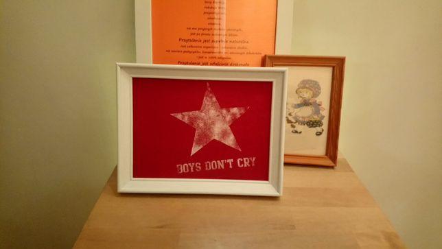 """Oprawiony obrazek tkaninowy """"Boys don't cry"""", biała ramka 15x20cm"""