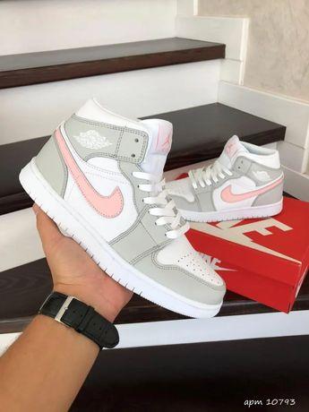 Женские кроссовки Nike Air Jordan 1 бело-серые с розовым Баскетбольная