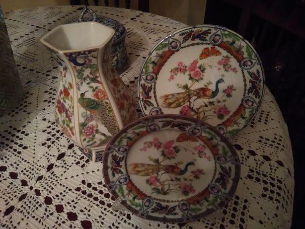 Conjunto de pratos e jarro de porcelana