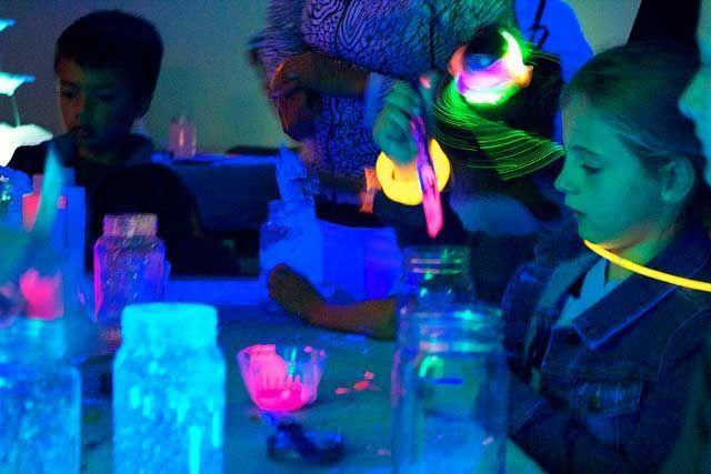 Светящиеся в темноте картины сделаны люминесцентными красками Noxton