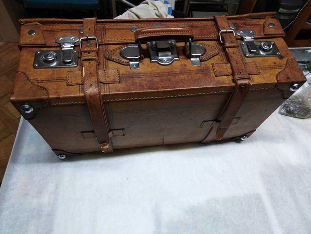 Kufer podróżny z kluczami