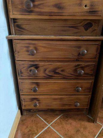 Móvel de gavetas em madeira