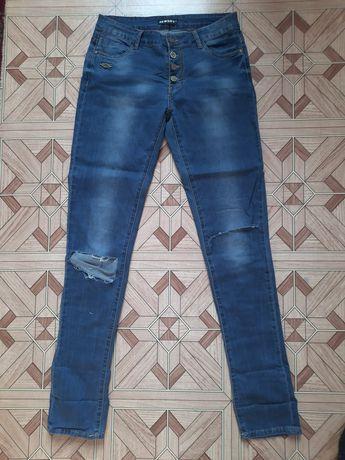 Голубые джинсы с дырками
