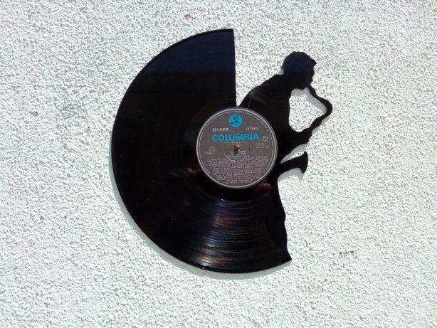 Silhueta decorativa saxofone feita de um disco de vinil LP