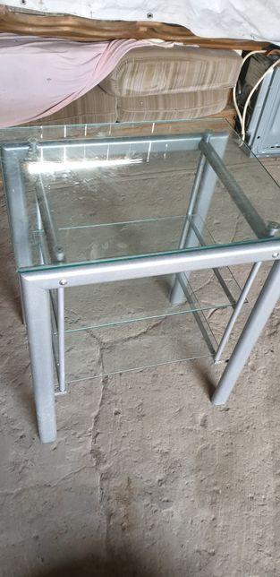 Stolik szklany na metalowych nogach