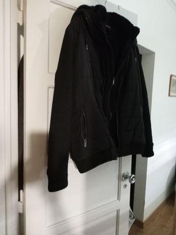 Casaco preto impermeável com carapuço e forro de pelo