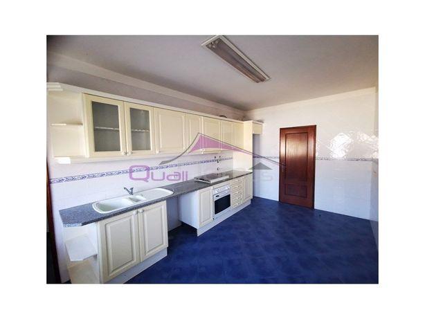 Apartamento T2 de 1º. andar, com sótão e parqueamento, no...