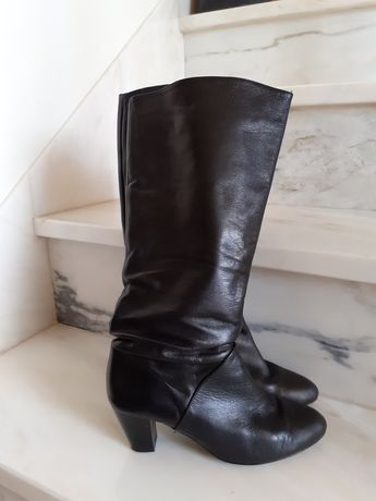 Botas pretas em pele de cano alto, tamanho 38.