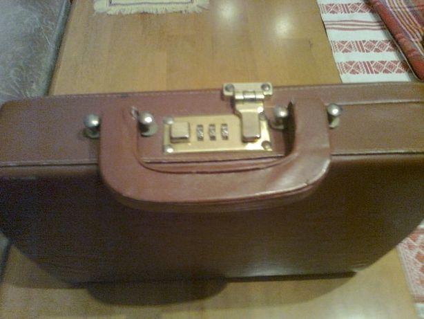 Кожаный портфель-сумка с кодовым замком.Имеется длинный ремешок.