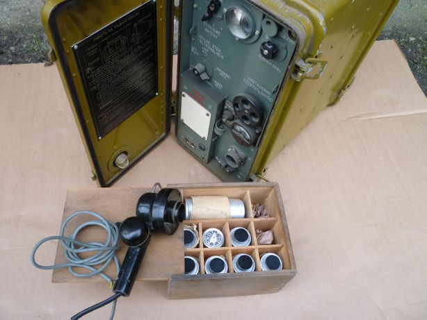 Radiostacja wojskowa R-105D plus lampy zestaw