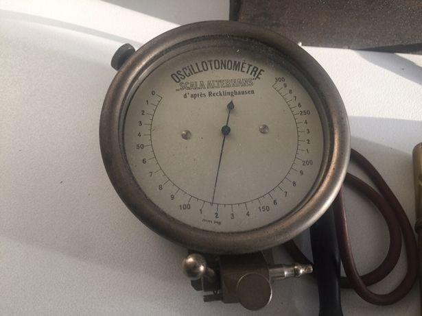 Instrumento médico antigo de medir tensão oscilotonometro