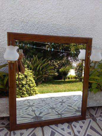 Espelho com moldura de madeira e iluminação
