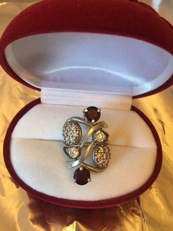 Перстень з гранатом