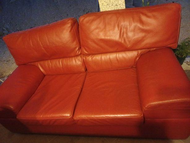 Vendo sofá 2 lugares em pele