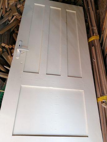 Dwie pary starych drzwi do renowacji