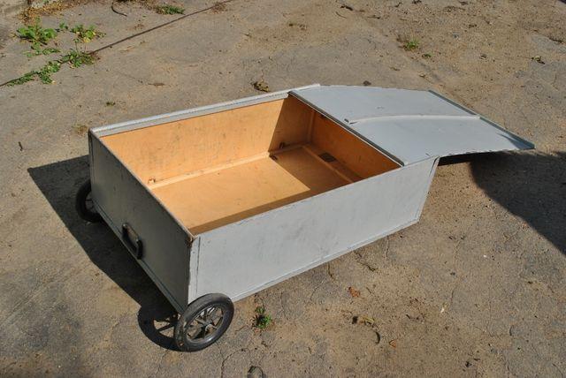 Ящик деревяный на колесах.