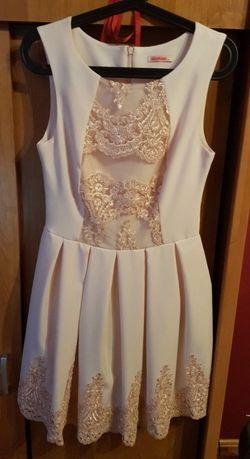 Łososiowa plisowana sukienka z koronką r. 36