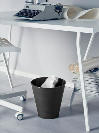 Czarny kosz na smieci Ikea Fniss