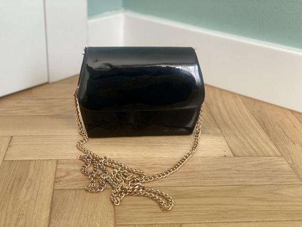 Mała czarna torebka na złotym łańcuszku