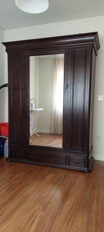 Roupeiro com espelho de madeira maciça
