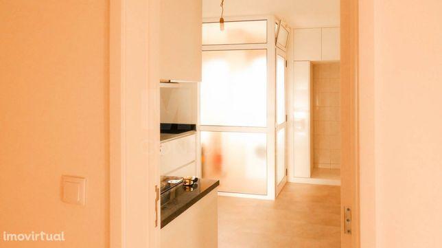 Apartamento T2 em Montes Burgos com garagem (Box)