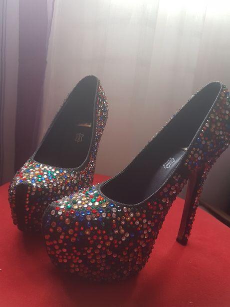 Sapato com pedras multi cores