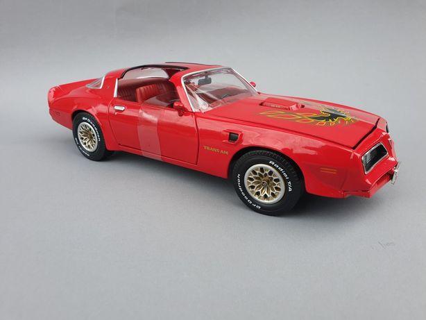 Pontiac Firebird model w skali 1:18 auto world kolekcja modeli