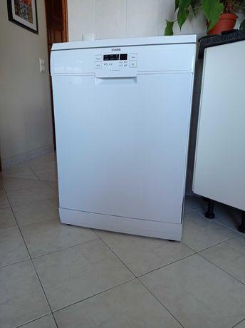 Máquina de lavar loiça AEG com 3 anos (com avaria - para peças)
