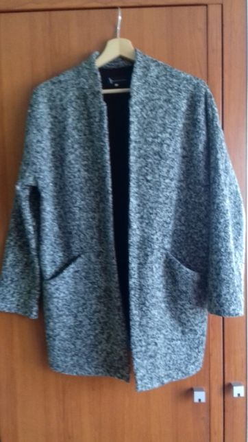 Płaszcz - narzutka z dwoma kieszeniami o luźnym kroju